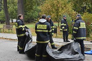 Zástupci dobrovolných hasičů a HZS trénovali stavbu mobilních hrazení protipovodňových opatření.