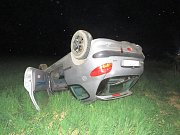 Řidič protijedoucího vozu Peugeot 206, aby zabránil čelní srážce, strhl řízení vpravo mimo vozovku a skončil na přilehlém poli. Tam se s vozem otočil na střechu.