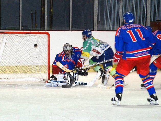 Pouze jeden puk  pustil za svá záda v prestižním okresním derby Hronov – Náchod hostující Jiří Navrátil. Toho zhruba v polovině utkání překonal Petr Šakarov.