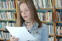 V Hronově právě probíhá tradiční týden knihoven. Ilustrační snímek zachycuje školačku při soutěži ve čtení.