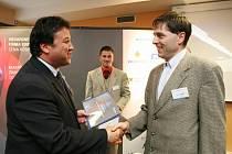 Roman Rousek, výrobce rehabilitačních lůžek (vpravo), přebírá titul Živnostník roku 2008.