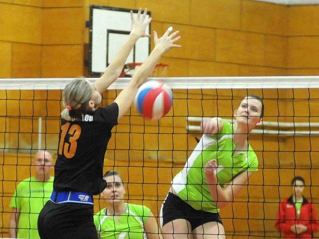 ZA BEDLIVÉHO sledování trenéra Ševců pokládá hronovská Kukrálová míč do pole soupeřek.