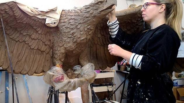 Sochařka Paulina Skavova při práci na orlici, která nahradí tu ukradenou z pomníku obětem prusko-rakouské války v Dobeníně nad Václavicemi u Náchoda.