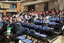 Při promítací premiéře si do sálu našlo cestu na dvě stovky diváků.