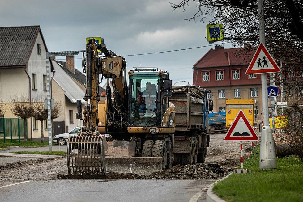 Silnice mezi Černčicemi a Novým Městem  se proměnila v jedno velké staveniště.
