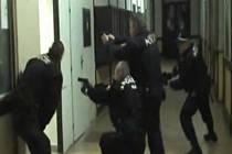SIMULOVANÝ ZÁKROK STRÁŽNÍKŮ Městské policie Jaroměř v nádražní hale. Vtrhávají dovnitř a zadržují jednoho útočníka, pomáhají zraněnému a nakonec míří na dalšího na toaletách.