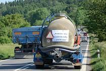 Kolony traktorů a zemědělské techniky vyjely na silnice, kde pomalou jízdou zdržovaly ostatní dopravu.