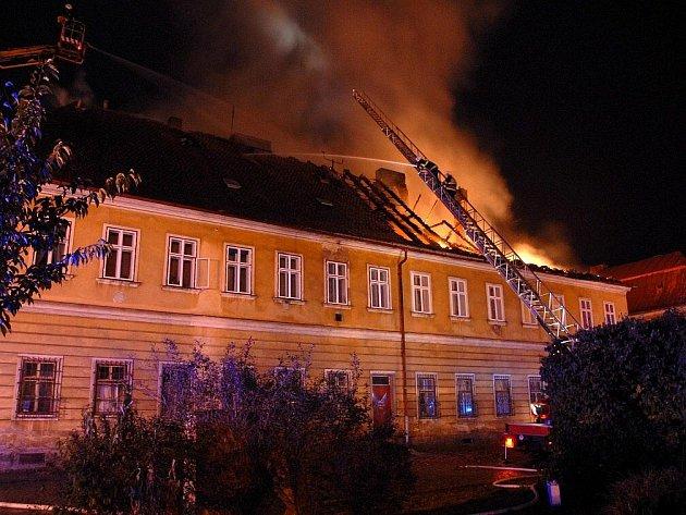 Požár střechy v Josefově.