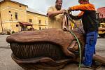 Řezbář Paďour z Josefova vyřezal velrybu pro Lázně Bělohrad.