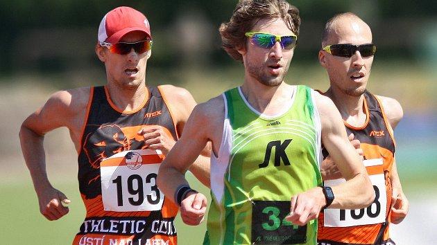 NOVOMĚSTSKÉMU vytrvalci Kamilu Krunkovi (v zeleném dresu) to běhá nejen na dráze, ale i mimo ní.