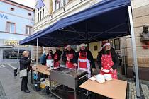 Na čočkové polévce, kterou v pondělí v Náchodě servíroval starosta, si pochutnaly tři stovky zájemců.