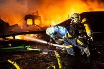 Skladovací hala o rozměrech asi 30x15 metrů lehla v pondělí večer popelem.