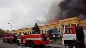 Výrobce autodílů v Polici zasáhl rozsáhlý požár