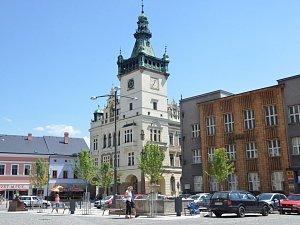 Honosná budova radnice na Masarykově náměstí v Náchodě.
