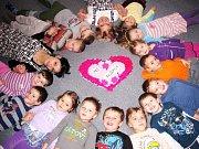Děti z Růžové třídy MŠ Alšova v Náchodě vyhrály lahodný dort v soutěži Náchodského deníku spolu s Lázeňskou cukrárnou v Bělovsi.