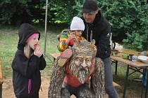 První ročník Řezbářského sympozia včera odpoledne vyvrcholil předáváním hotových soch, které připomínají pohádkové postavy - čert, neposlušná kůzlátka, Popelka, princ Miroslav a dvouhlavý drak.