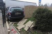 Řidič, posilněný alkoholem, narazil do betonového plotu.
