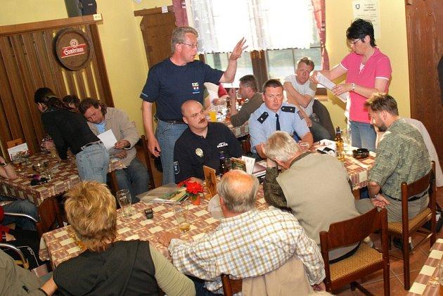 V restauraci U Papouška se místní občané sešli se zástupci města Hronova, pod jejíž správu tato příhraniční obec spadá.