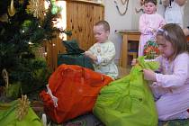 DĚTI rozbalily dárečky.