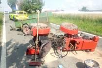 Červený malotraktor skončil po střetu s automobilem na boku. Dvě osoby skončily v péči posádky zdravotnické záchranné služby.