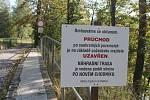 Cedule vysvětlující, proč se cesta na nádraží uzavřela. Foto: Deník/ Jiří Řezník