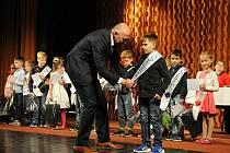 Hronovští prvňáci zahájili svou cestu za vzděláním v Jiráskově divadle a po ošerpování usedli do svých tříd.