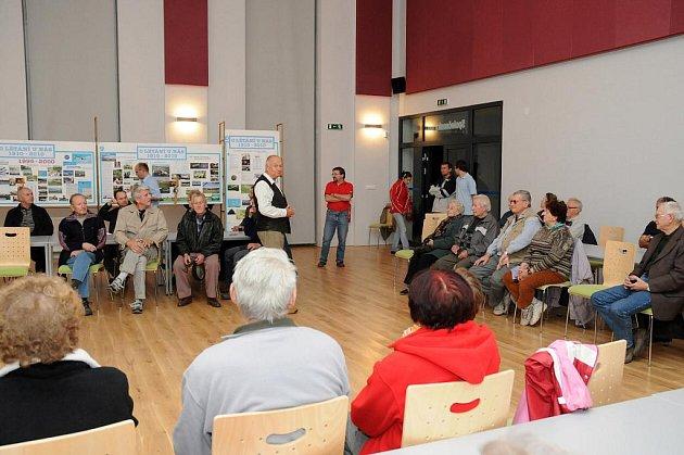 RADOMÍR MAREK (na prvním snímku uprostřed ve vestě) povyprávěl o celé historii hronovského Aeroklubu. Bylo promítnuto i několik filmů a návštěvníci si výstavu historických dokumentů a fotografií.