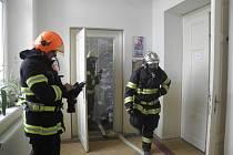 Českoskaličtí hasiči tentokrát vyjeli k ohlášenému požáru v zeměpisném kabinetu v prvním poschodí místní základní školy v Zelené ulici.