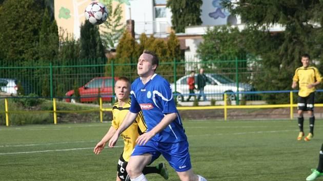 PODHROTOVÝ záložník Náchoda Patrik Rompotl (v tmavém) během sobotního utkání domácích s Ústím nad Orlicí.