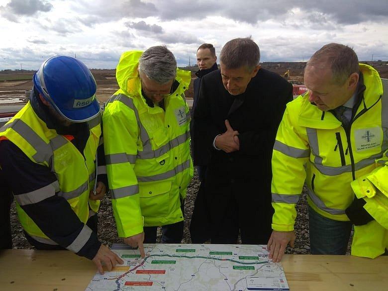 Andrej Babiš studující plány dálnice D11