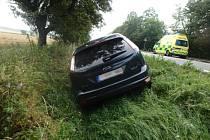 Na silnici č. 33 u Dolan havaroval osobní automobil, který skončil mimo vozovku vpříkopu.