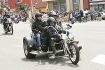 Účastníci motosrazu projíždějící Červeným Kostelcem.