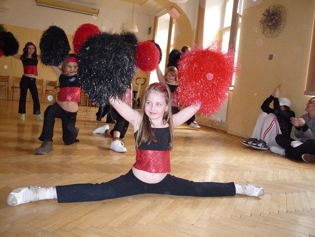 Den otevřených dveří trochu jinak v Domě dětí a mládeže Klíč Josefov zpestřilo divadlo a tanec.