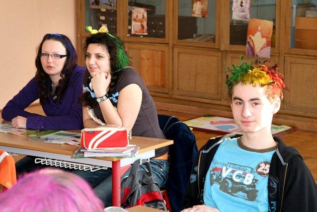 Žáci ze školy ve Velkém Poříčí na apríla při tvorbě extravagantních účesů  popustili řádně uzdu své fantazii.