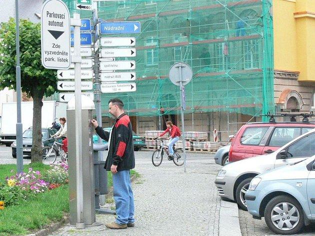 PARKOVACÍ LÍSTEK  si v Polici nad Metují musí  v současné době koupit všichni, kteří stojí s vozidlem na náměstí od pondělí do soboty od 7 do 19 hodin.