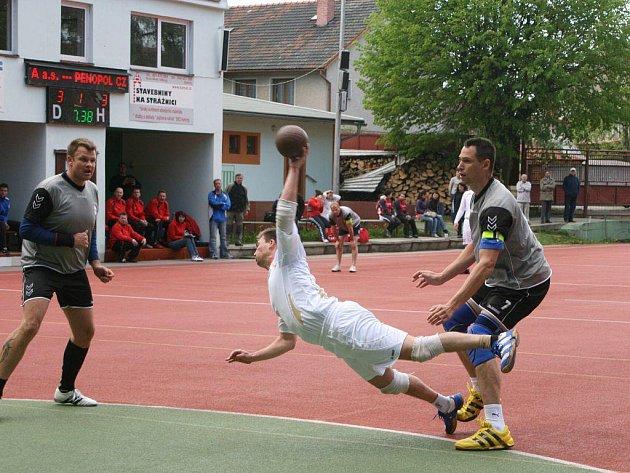 Národní házenkáři Krčína (v bílém) loňské druhé místo v nejvyšší domácí soutěži neobhájí, letos se totiž do vyřazovacích bojů vůbec nedostali.