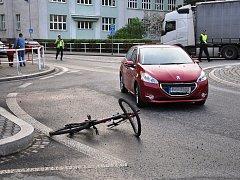 Zraněného cyklistu odvezla z kruhového objezdu záchranka