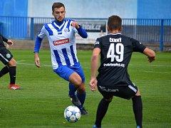HODNĚ práce odvedl na hrotu náchodského útoku Jakub Vaněček (u míče), kýžené gólové odměny se ale nedočkal.
