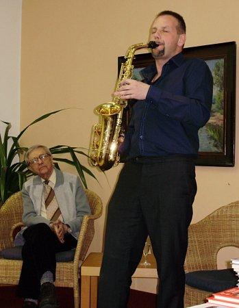 JOSEF PEPSON SNĚTIVÝ (sklarinetem) a Miloň Čepelka během jednoho zjejich společných vystoupení.
