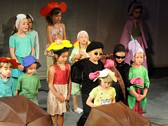 Slavností školky ukončily letošní školní rok děti z Mateřské školy v Hronově.