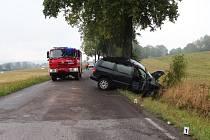 Při projíždění pravotočivé zatáčky dostal na mokré silnici smyk, vyjel vpravo mimo komunikaci, kde svou levou boční částí narazil do vzrostlého stromu.