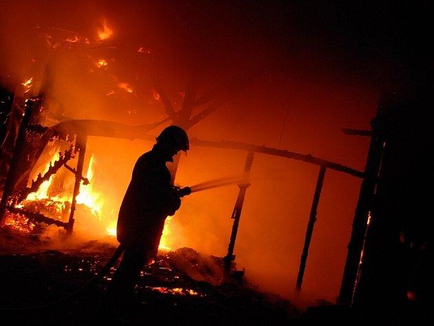 Tentokrát hořela garáž u vlakového nádraží.