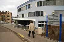 Oblastní nemocnice Náchod (na snímku) zasílá v těchto dnech dlužníkům, kteří nazaplatili stanovené poplatky, upomínky a snaží se zatím najít cestu formou domluvy.