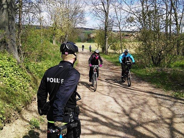 Policisté na kolách kontrolovali, zda nejsou cyklisté pod vlivem alkoholu
