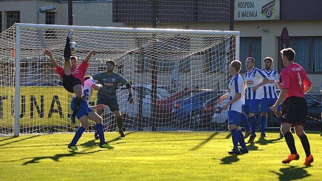 DALŠÍ PROHRA. Divizní fotbalisté Náchoda (v bílo-modrém) se v Horkách nad Jizerou připravili o bodový zisk vlastními chybami v defenzivě i neschopností dávat góly.