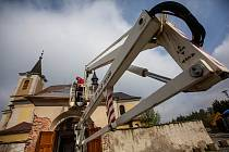 Na rekonstruovanou střechu kapličky u kostela na Novém Hrádku dali zpět kopuli s poselstvím pro další generace. Nechyběla ani rouška a vydání Náchodského deníku.