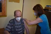 Ve sdílené ordinaci praktických lékařů v Broumově se očkování dočkalo více než sto zájemců.