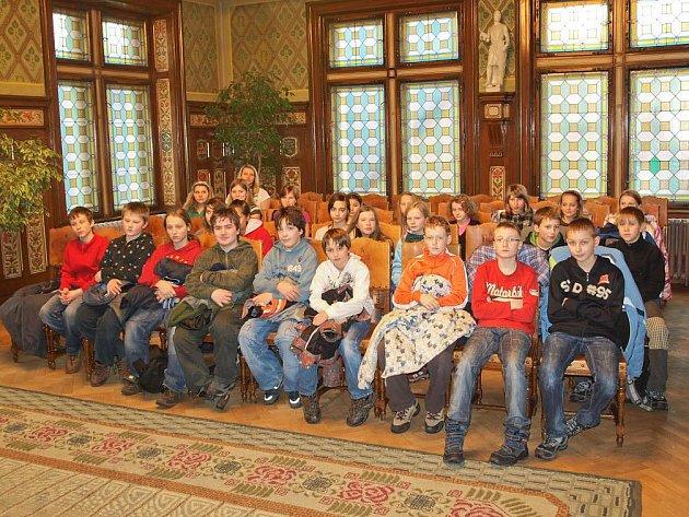 Celkem 24 dětí a současně i jejich učitelka Lucie Machová ze Základní školy Komenského v Náchodě si v závěru týdne prohlédly prostory obřadní síně.