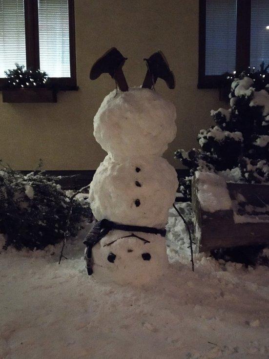 Sněhuláka originálně postaveného na hlavu vytvořili synové paní Sedláčkové z České Skalice.