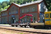 Vlakové nádraží v Polici nad Metují.